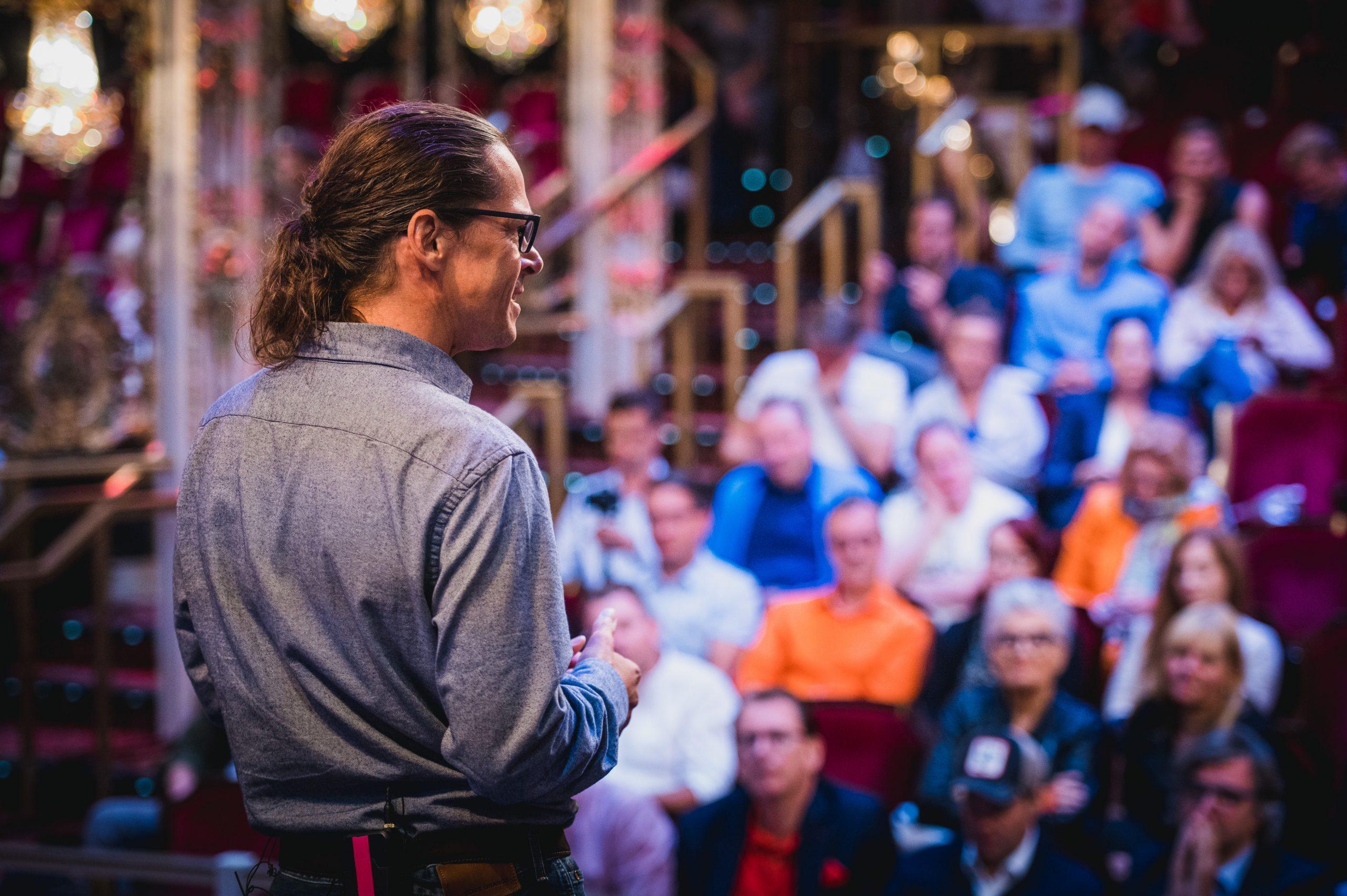 Werner Hampel begeistert Zuhörer beim Internationalen Speakerslam in New York